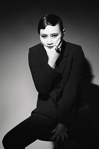 Khánh Linh sẽ kết hợp với DJ Hà Linh. Lần đầu tiên hát opera kết hợp DJ, nữ ca sĩ cũng khá lo lắng và dành nhiều thời gian để luyện tập.