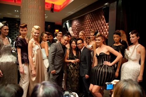 mở màn tuần lễ thời trang Xuân - Hè 2012 tại New York với bộ sưu tập lấy ý tưởng từ những bông hoa trên chất liệu lụa tơ tằm cao cấp.