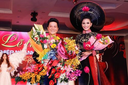 Lễ tri ân Tổ nghiệp ngành Tóc Việt Nam 2014 đã diễn ra tại TPHCM với sự tham gia của nhiều nhà tạo mẫu tóc nổi tiếng trong nước