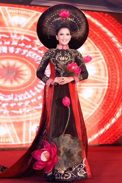 Tối 13/2, Á hậu Trương Thị May tham gia tiết mục trình diễn với chủ đề Thiên Thần của nhà tạo mẫu tóc Sáng Tân Vĩnh.