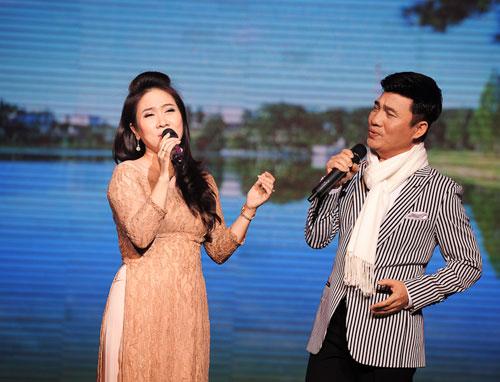 Vân Khánh  Quang Linh đã hớp hồn khán giả khi thể hiện nồng nàn ca khúc Ai lên xứ hoa đào.