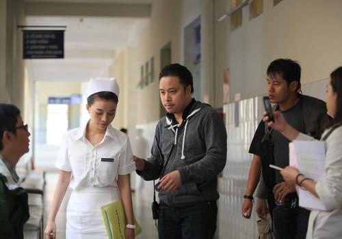"""Đạo diễn Victor Vũ trên trường quay """"Quả tim máu""""."""