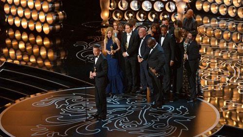 """Brad Pitt cùng êkíp đoàn phim """"12 Years a Slave"""" lên sân khấu nhận giải """"Phim hay nhất"""". Ảnh: AP."""
