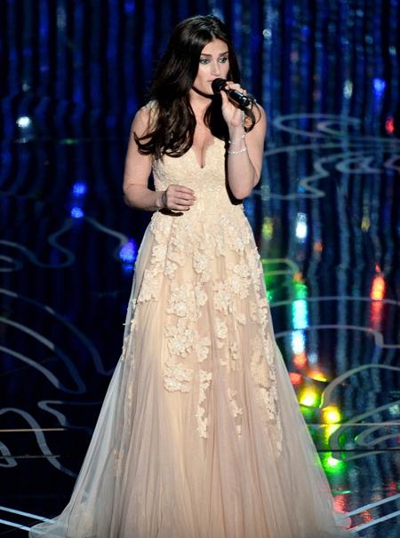 """Idina Menzel trình diễn """"Let It Go"""" - ca khúc trong phim """"Frozen"""" giành giải """"Bài hát trong phim hay nhất""""."""