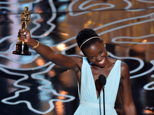 Lupita Nyong'o giương cao tượng vàng chiến thắng.