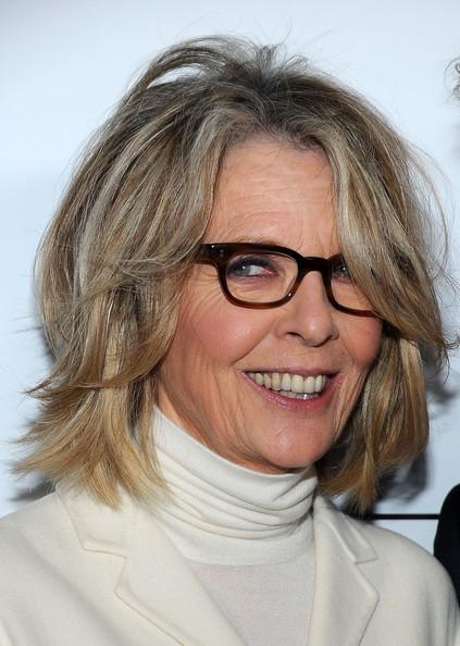 60 tuổi  tóc cắt tầng ngang vai Cá tính trong những vai diễn từ khi còn trẻ, nữ diễn viên gạo cội Diane Keaton vẫn chứng tỏ phong cánh tomboy của mình qua mái tóc cắt tầng ngang vai có phần lộn xộn và phóng khoáng. Đây cũng là kiểu đầu phù hợp cho người có mái tóc cứng, dễ xơ và thô ráp. Vì khó vào nếp nên đây cũng là một lợi điểm đối với kiểu tóc này.