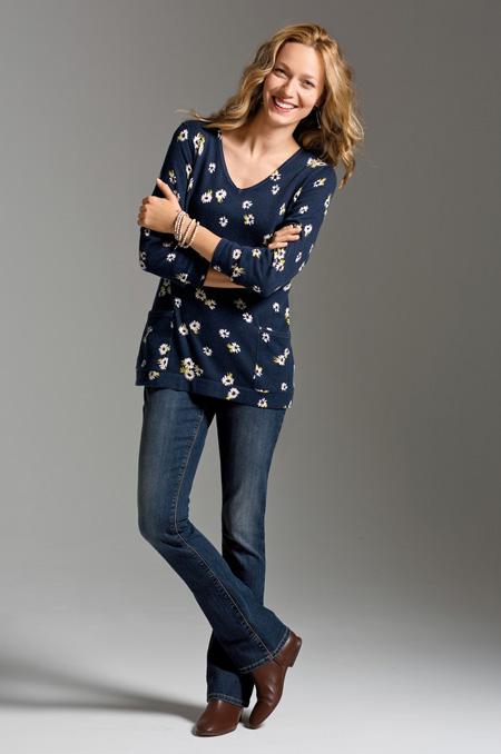 7. Đừng dùng quần jeans cho các bà mẹ Chiếc quần jeans cho các bà mẹ đặc trưng bởi kiểu dáng thoải mái nhưng gần như mất hết các đường cong tiêu chuẩn, chất vải nhạt nhòa dễ gây ra sự xuề xòa cho người mặc. Không mặc loại quần này chưa hẳn đã vi phạm nguyên tắc thứ ba ở trên, vì bạn vẫn còn nhiều kiểu áo quần, chất liệu suông vừa đẹp, vừa thanh lịch nhưng vẫn tạo sự thoải mái. Bạn cần nhớ rằng sự thoải mái không đồng nghĩa với ăn mặc cẩu thả.