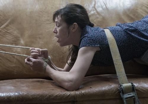 Nữ diễn viên Charlotte Gainsbourg (vai Joe) trong một cảnh bị bạo dâm.
