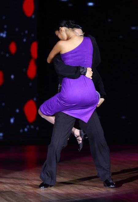 Hiện nữ người mẫu đang tích cực luyện tập cùng biên đạo để chuẩn bị thật tốt cho phần nhảy của cô ở cuộc thi