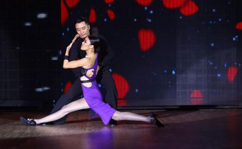 Được sự dìu dắt của vũ công Hồng Việt, cô đã hoàn thành tiết mục thành công trong tràng pháo tay vang dội.