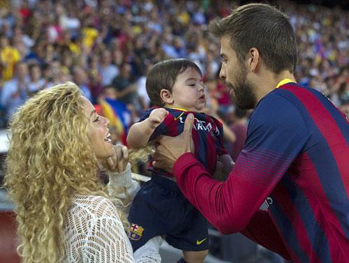 Shakira hạnh phúc bên bạn trai và cậu con trai 15 tháng tuổi.