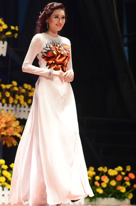 Người đẹp còn đoạt luôn giải Thí sinh mặc áo dài đẹp nhất.