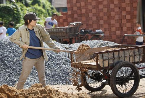 """Vũ Ngọc Đãng chia sẻ, Minh Hằng đã nỗ lực hết sức để vào vai """"chàng trai"""" Đông Dương. Người đẹp không từ nan biện pháp nào để hoàn thiện ngoại hình nhân vật của mình."""