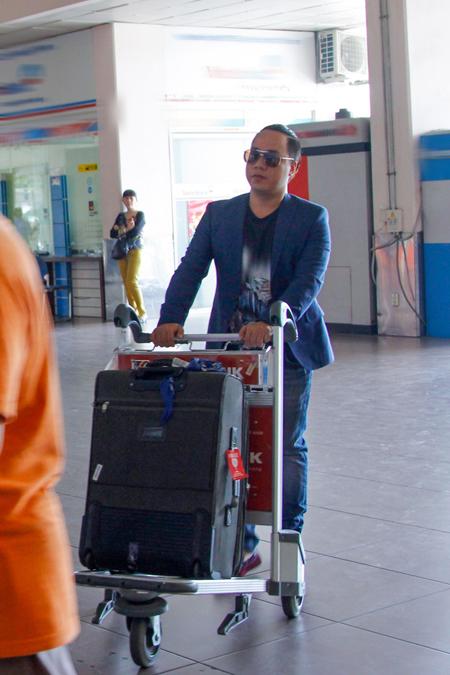 VJ Tùng Leo cũng đi chung với Trương Ngọc Anh trong chuyến bay về Hà Nội chiều nay.