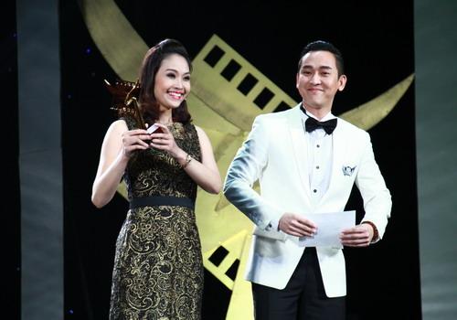 """MC Thùy Linh là người dẫn chương trình đêm trao giải và nhận luôn danh hiệu """"Nữ diễn viên phụ xuất sắc"""" ngay trên sân khấu."""