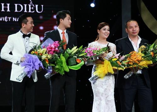 """Đoàn phim """"Thần tượng"""" lên nhận giải trên sân khấu (từ trái qua): diễn viên Hứa Vĩ Văn, Harry Lu, Hoàng Thùy Linh và đạo diễn Quang Huy."""