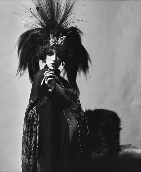 10. Marchesa Casati Sở hữu đôi mắt to lộ và gương mặt thiếu biểu cảm, thế nhưng Marchesa Luisa Casati và những bộ váy đầy cá tính của bà vẫn là nguồn cảm hứng vô tận cho các nhà thiết kế Ý. Bằng chứng là một thương hiệu thời trang cao cấp ở Hollywood do hai hậu nhân sáng lập nên là Georgina Chapman và Keren Craig cũng lấy theo tên bà. Người ta nhớ đến Marchesa với kiểu chơi ngông dắt thú cưng là báo gấm đi dạo bằng sợi xích kim cương, dùng rắn quấn quanh cổ như trang sức hay không mặc gì ngoài một bộ áo khoác lông thú.