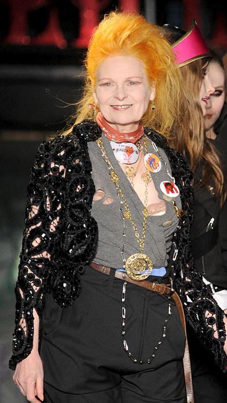 5. Vivienne Westwood Danh hiệu nữ hoàng nổi loạn quả thật không ngoa với quý bà tóc cam Vivienne Westwood. Vốn là người đi tiên phong trong xu hướng punk phá cách và nổi loạn của nửa cuối thế kỷ 20, nhiều người trong làng thời trang nước Anh nói riêng và thế giới nói chung phải sửng sốt trước sự chịu chơi và năng động của quý bà nước Anh. Có thể nói, Vivienne đã tô điểm thêm rất nhiều màu sắc và sức sống cho những nhà mốt của xứ sở sương mù, vốn rất tôn sung vẻ đẹp cổ điển và quý phái.