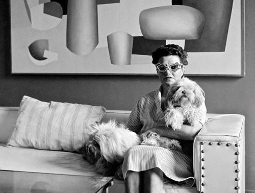 8. Peggy Guggenheim Sở hữu một vẻ ngoài đẹp đẽ có lẽ là thành tựu duy nhất mà nhà sưu tập tranh và hoạt động xã hội Peggy Guggenheim đạt được, bên cạnh lời hứa ngông cuồng mỗi ngày mua một bức tranh (những loại tranh quý giá như của Picasso). Những ấn tượng mà bà để lại chính là những cặp kính hình cánh dơi, cánh bướm lạ mắt, những đôi hoa tai kì quái và son môi đỏ chót.