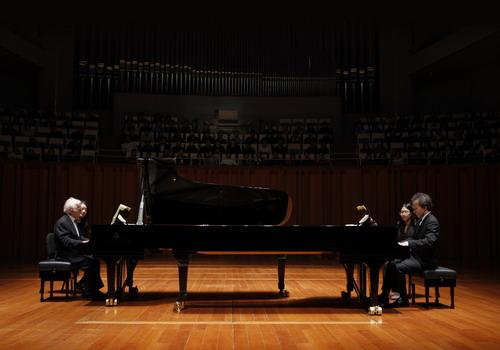 Đêm nhạc Hennessy Concert năm nay sẽ là màn song tấu dương cầm của hai cha con nghệ sĩ đến từ Nga.