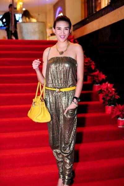 Hoàng Yến gây lóa mắt người nhìn với bộ jumpsuit ánh kim sáng chói được phối với thắt lưng tone vàng rực rỡ.