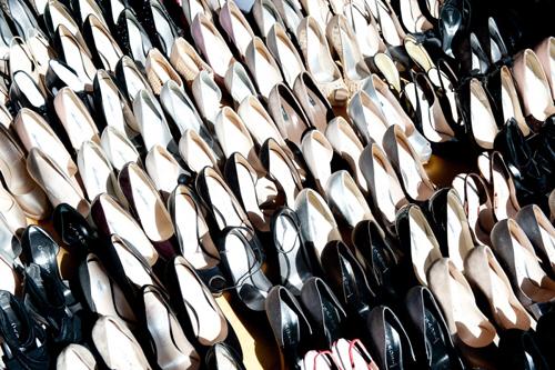 Chúng đa phần là những đôi cao gót, sandal thay vì bốt.