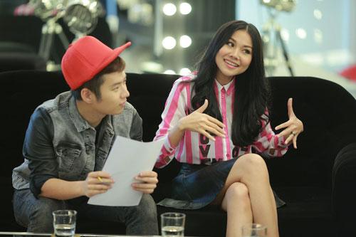 Nhà thiết kế Chung Thanh Phong (trái) là người làm trang phục cho các thí sinh trong cuộc thi năm nay. Anh kết hợp cùng nữ người mẫu nghe quan điểm và cách nhìn nhận về thời trang của từng người để tạo nên bộ đồ hợp nhất.