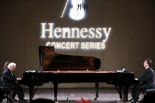 Hennessy Concert năm nay là đêm song tấu dương cầm của hai nghệ sĩ Vladimir (trái) và Vovka Ashkenazy.