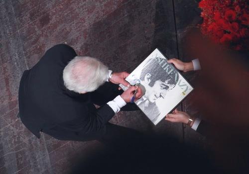 Nghệ sĩ Vladimir Ashkenazy ký tặng lên chiếc đĩa than những bản thu âm của ông từ khi còn trẻ cho một người hâm mộ tại Việt Nam.