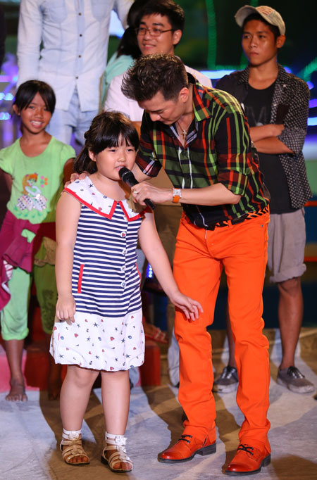 Không chỉ hát, Đàm Vĩnh Hưng còn liên tục chạy xuống sân khấu giao lưu với khán giả.
