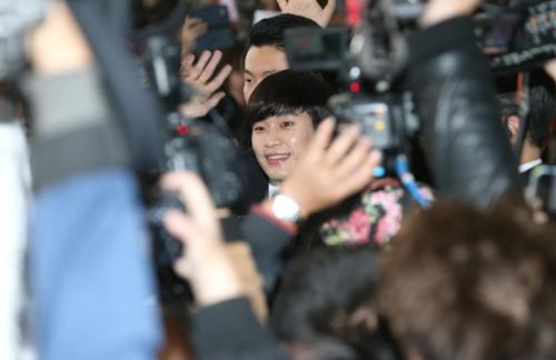 Cũng trong ngày hôm nay, Kim Soo Hyun, người yêu của Ji Hyun trong Vì sao đưa anh tới, đến
