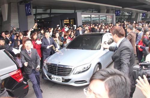 Dòng người hâm mộ đi đón Kim Soo Hyun.