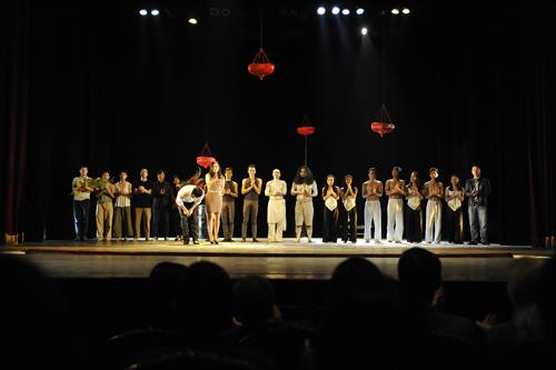 Được thành lập năm 2002 với các thành viên chủ chốt là người khiếm thính sống và làm việc tại Hà Nội, đoàn múa Nơi Đến được coi là đoàn nghệ thuật đương đại đầu tiên tại Việt Nam, đã và đang tham gia nhiều hoạt động nghệ thuật chuyên nghiệp trong nước cũng như trên thế giới.