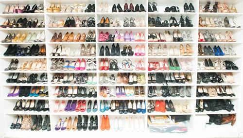 Tình yêu của Elizabeth đến nay vẫn không có gì thay đổi. Mỗi góc nhà kiêm nơi làm việc của cô ngập tràn các loại giày đủ loại, từ sơn bằng tay cho đến đính đủ, gần như không thiếu một thương hiệu nào.