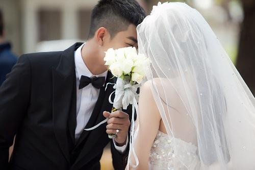 Đóng vai người yêu của Trà Ngọc Hằng trong MV là chàng người mẫu điển trai Cao Lâm Viên. Với gương mặt điềm đạm, cử chỉ dịu dàng, Cao Lâm Viên vào vai người yêu Trà Ngọc Hằng rất ngọt.