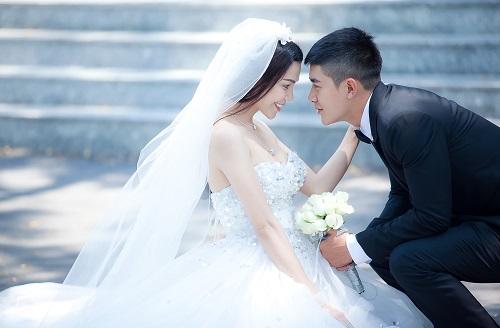 Trong MV Sẽ luôn bên nhau, Trà Ngọc Hằng được mặc áo cô dâu, được nắm tay người yêu để bước đến một hạnh phúc viên mãn nhất& Ngoài đời, Trà Ngọc Hằng cũng ao ước sẽ sớm có ngày được mặc váy cô dâu, hạnh phúc như thế.
