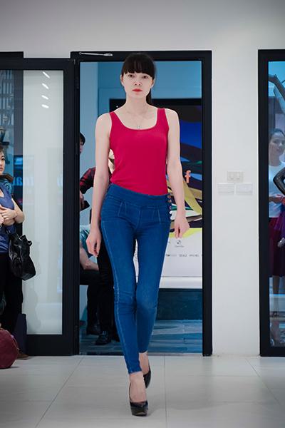 Đa số những người mẫu nữ chọn cho mình những loại trang phục đơn giản và ôm sát như quần jean và áo thun để khoe được thế mạnh hình thể.
