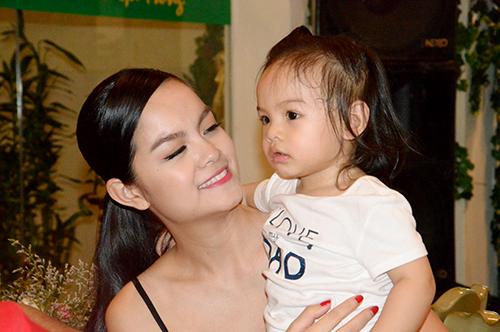 Tối 2/4 vừa qua, tại buổi tiêc ăn mừng chiến thắng của đoàn phim Thần tượng, Phạm Quỳnh Anh đã vui vẻ dắt con gái Bella đến chia vui cùng các đồng nghiệp.