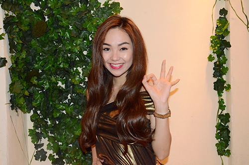 Minh Hằng xuất hiện nữ tính đến chúc mừng cô bạn thân Phạm Quỳnh Anh.
