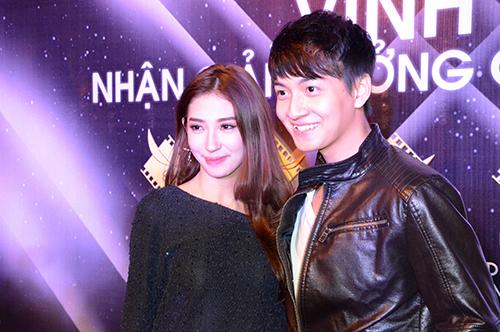 Ngô Kiến Huy dắt tay bạn gái Khổng Tú Quỳnh đến dự tiệc chia vui. Nam ca sĩ chia sẻ rằng, anh cảm thấy rất vinh dự và hào hứng khi nhận được giải Nam diễn  viên phụ xuất sắc cho sự nghiệp diễn xuất của mình.