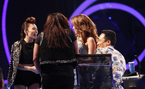 Cặp song ca này còn xuống tận sân khấu nhảy nhót chọc ghẹo Mỹ Tâm. Họ cùng tiết lộ bí mật chung đó là đều yêu thích vị nữ giám khảo này.