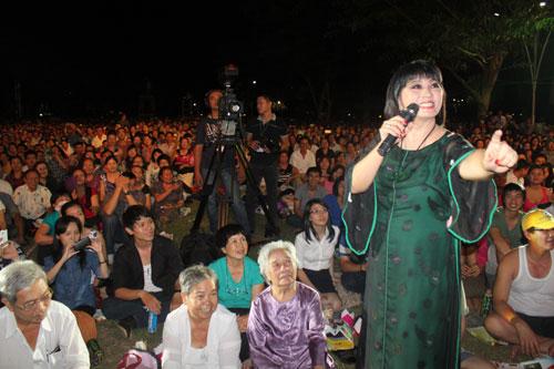 """Khán giả cùng vỗ tay và hòa vào bài hát với Cẩm Vân tạo nên màn trình diễn xúc động mà MC của chương trình đùa là màn thể hiện của các """"nghệ sĩ nhân dân""""."""