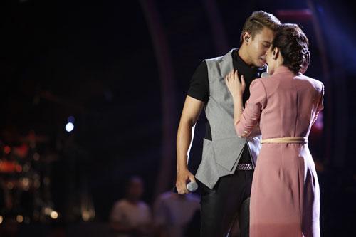 """Các tiết mục còn lại của """"Đêm hát đôi"""" đều trình diễn tốt. Đông Hùng - Nhật Thủy hát Tìm. Họ hóa thành đôi tình nhân thể hiện cảm xúc đau khổ trong tình yêu. Lúc đầu khán giả chưa cảm nhận được cảm xúc của hai thí sinh."""