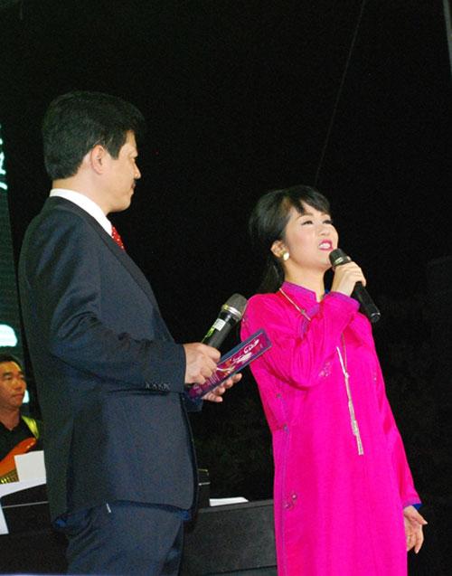 """Hồng Nhung xuất hiện trong tà áo dài nền nã hát """"Em còn nhớ hay em đã quên"""". Hằng năm trong ngày giỗ Trịnh Công Sơn, """"cô Bống"""" luôn dành những tình cảm"""