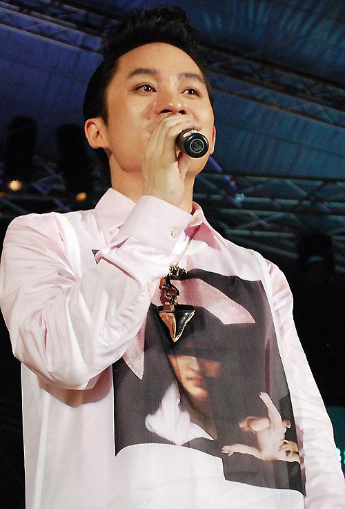 Nước mắt lăn dài trên má nam ca sĩ khi anh cất chất giọng sâu lắng, đầy thâm trầm và tự sự về thân phận quê hương, con người trong nhạc phẩm Trịnh Công Sơn.