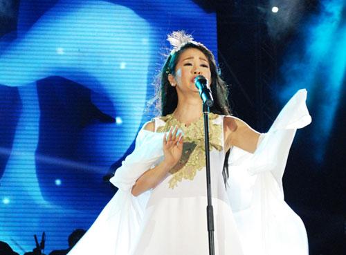 """""""Cô Bống"""" đẹp như thiên thần khi vừa thể hiện vũ đạo vừa hát nhạc Trịnh Công Sơn."""