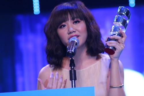 Văn Mai Hương nghẹn ngào khi lên nhận cúp lần thứ 2.