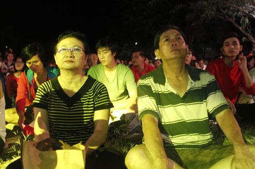 Khán giả thuộc nhiều độ tuổi, từ người trẻ, đến trung niên, người già, đều đến sớm để chọn một góc ngồi trên bãi cỏ chờ xem đêm nhạc.