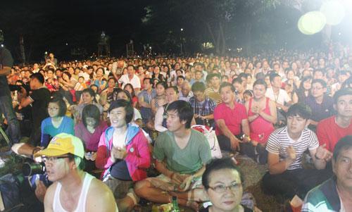 """Dù lượng khán giả rất đông, công tác an ninh cho đêm nhạc khá ổn định. Kéo dài khoảng 3 giờ, đêm """"Những sớm mai Việt Nam khép lại với dư âm đẹp"""