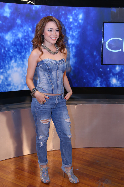 Xuất hiện trong đêm gala 6 chương trình Vietnam Idol tối 6/4, Mỹ Tâm khiến khán giả bất ngờ khi diện nguyên cây denim bụi bặm và cá tính.